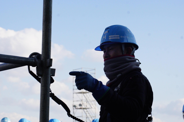 事故を未然に防ぐため、足場施工時には安全装備の使用を徹底